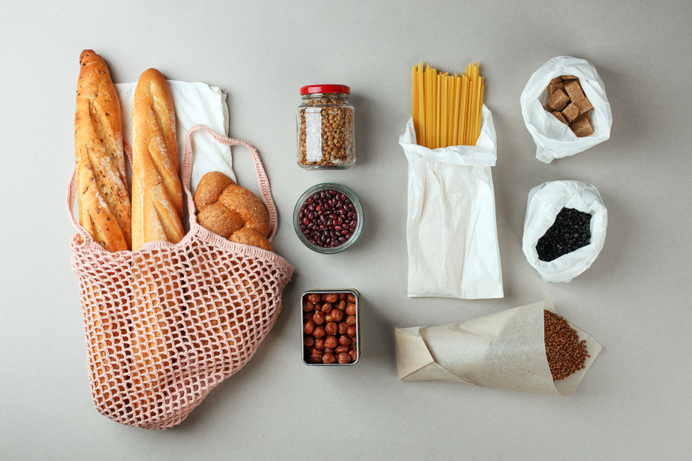 Courses emballés dans des sacs en papier réutilisables